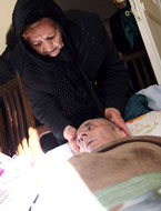 ابراهیم یونسی و همسرش رزا گلپاشی ۲۲ آذر ۱۳۹۰ در ملاقات خبرنگار و عکاس «ایبنا»