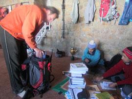 نمایی از اهدای کتاب به کتابخانه کوهستان قله یخچال