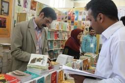 یوسف علیخانی در حال امضای کتاب