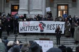 اعتراض نویسندگان به «دونالد ترامپ» هزاران نفر را برج «ترامپ» کشاند