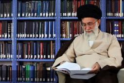 کتابهایی که رهبر معظم انقلاب به مسجد ابوذر اهدا کردند
