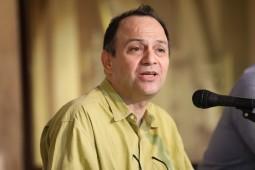 انتقاد امیرعلی نجومیان از بی سر و ته خواندن کافکا در کرانه