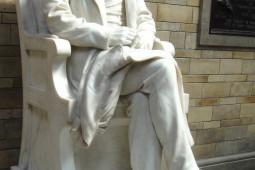 نویسنده بریتانیایی خواستار سرنگونی مجسمه داروین شد