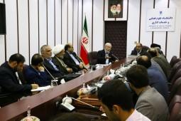 شرایطی که سنهوری در کتاب برای حاکم ذکر میکند با مشخصات رهبر در ایران مشابهت دارد