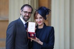 رولینگ نشان «ملازم افتخاری» را دریافت کرد