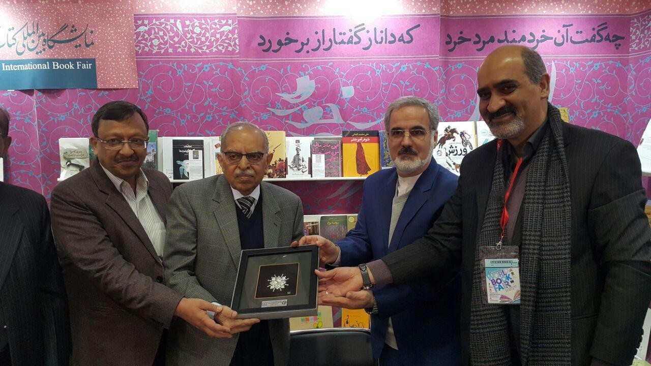 Head of Indian Publishers Federation visits Iran stand