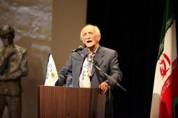 اهدای تندیس سرو خانه هنرمندان به داریوش اسدزاده
