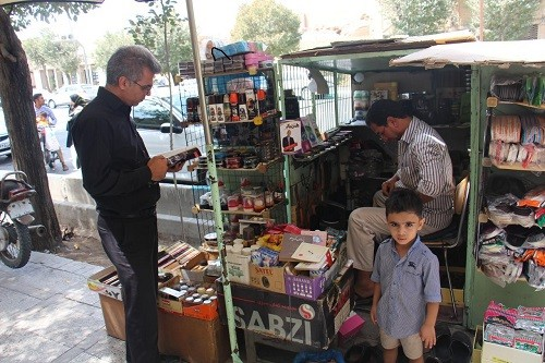 Iranian shoemaker invites customers to read books