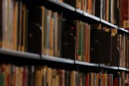 چه آثاری الهامبخش نویسندگانی چون اورول، داستایوسکی، و دیکنز بودند؟