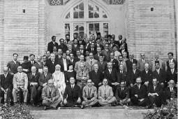 ردیف اول (نشسته): حیدرعلی کمالی (ترکیه)، محمدتقی بهار، هانری ماسه (فرانسه)، عباس اقبال، عیسی صدیق.