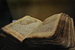 بررسی اسناد تاریخی و نسخههای خطی کاخ گلستان