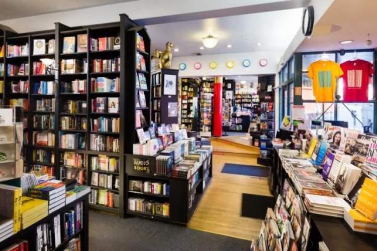کتابهای امضاشده در کتابفروشی مشهور خیابان هالیوود لسآنجلس