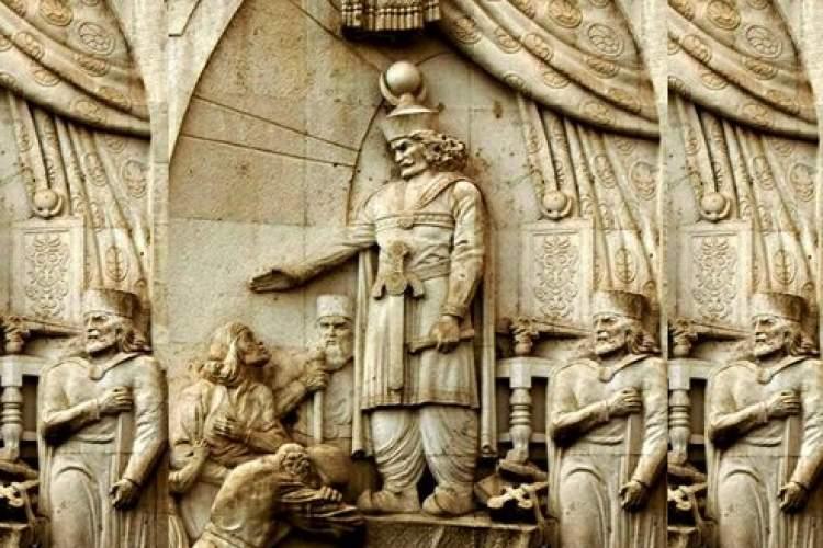 چه رابطهای بین تغییرات مبانی مشروعیت با دورهبندی تاریخ ساسانی وجود دارد؟