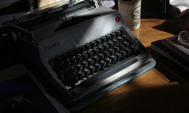 ماشین تحریر المپیای دان دلیلو در دفترش در نیویورک