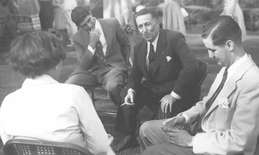 ادوارد سعید، نفر دوم از چپ، به صحبتهای پدرش گوش میدهد