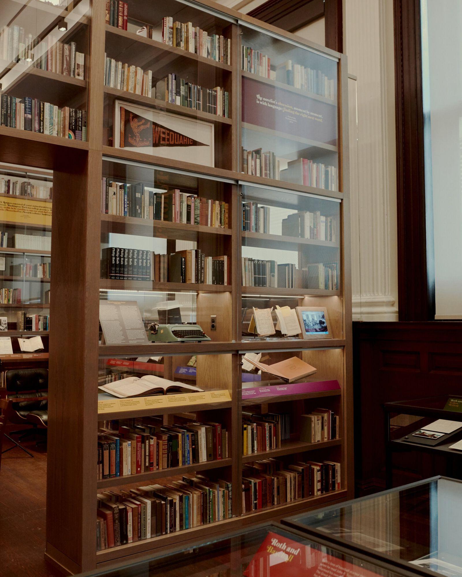 حدود ۳۷۰۰ عنوان از کتابهای فیلیپ راث اکنون در کتابخانه عمومی نیویورک در معرض دید عموم قرار دارد.